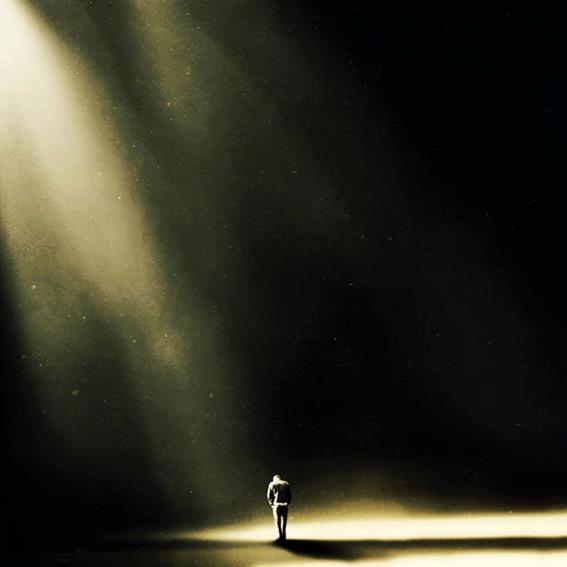 hombre recibiendo luz