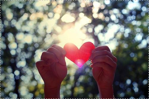 corazon sosteniendo