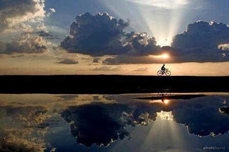 hombre bicicleta amanecer