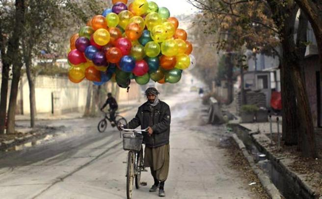 hombre con globos
