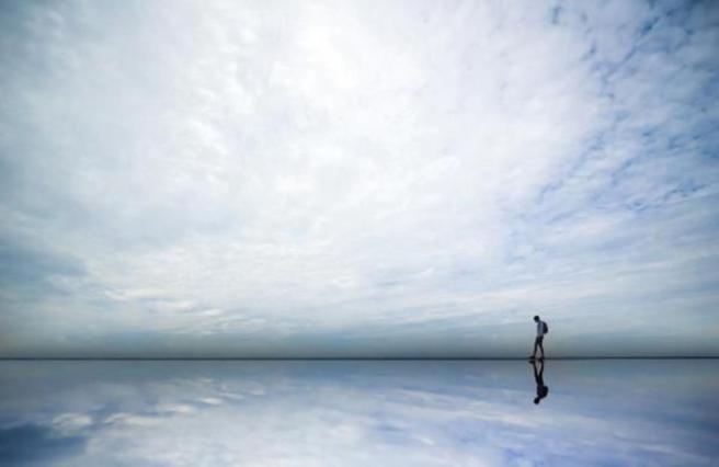hombre caminando en horizonte