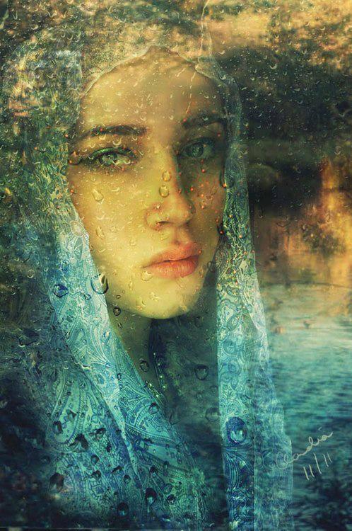 mujer con velo y lluvia