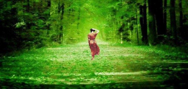 mujer en campo verde