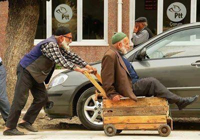 hombres ayudandose