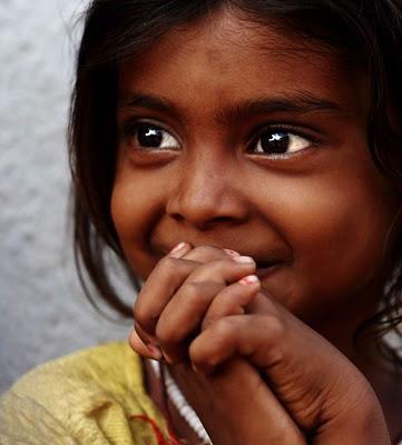 niña ojos feliz