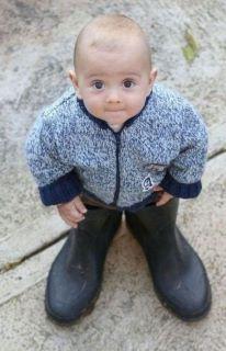 niño con botas