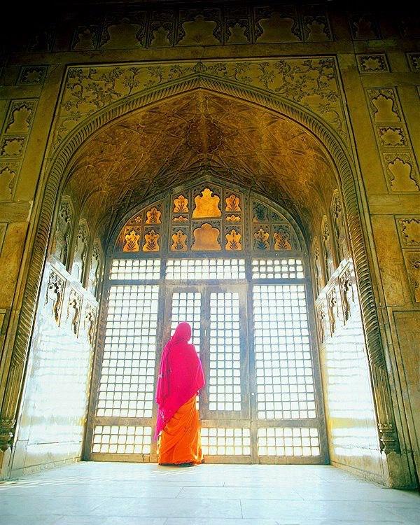 mujer en templo