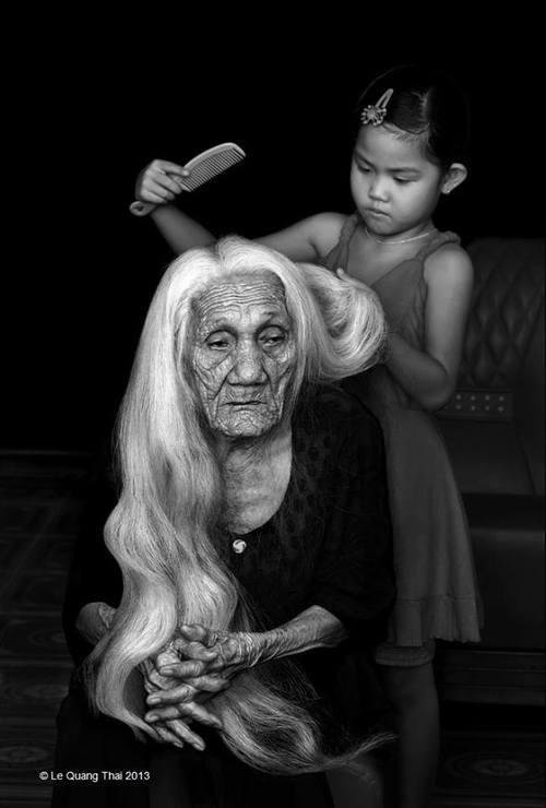 mujer vieja y nieta peinando