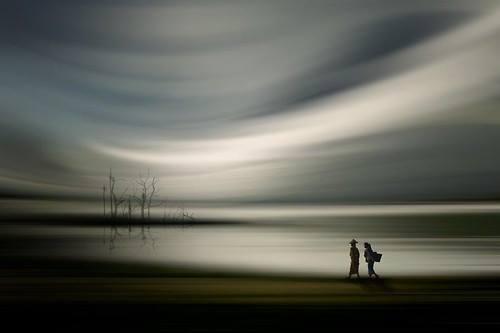caminando horizonte gris