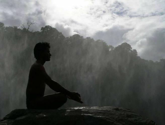 hombre meditando grises