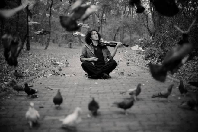 hombre tocando el violin