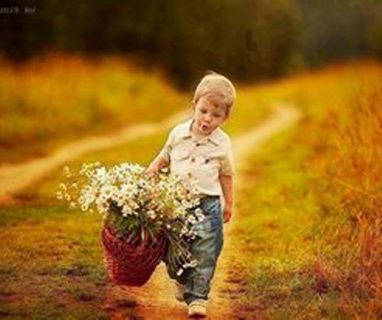 niño canasto flores