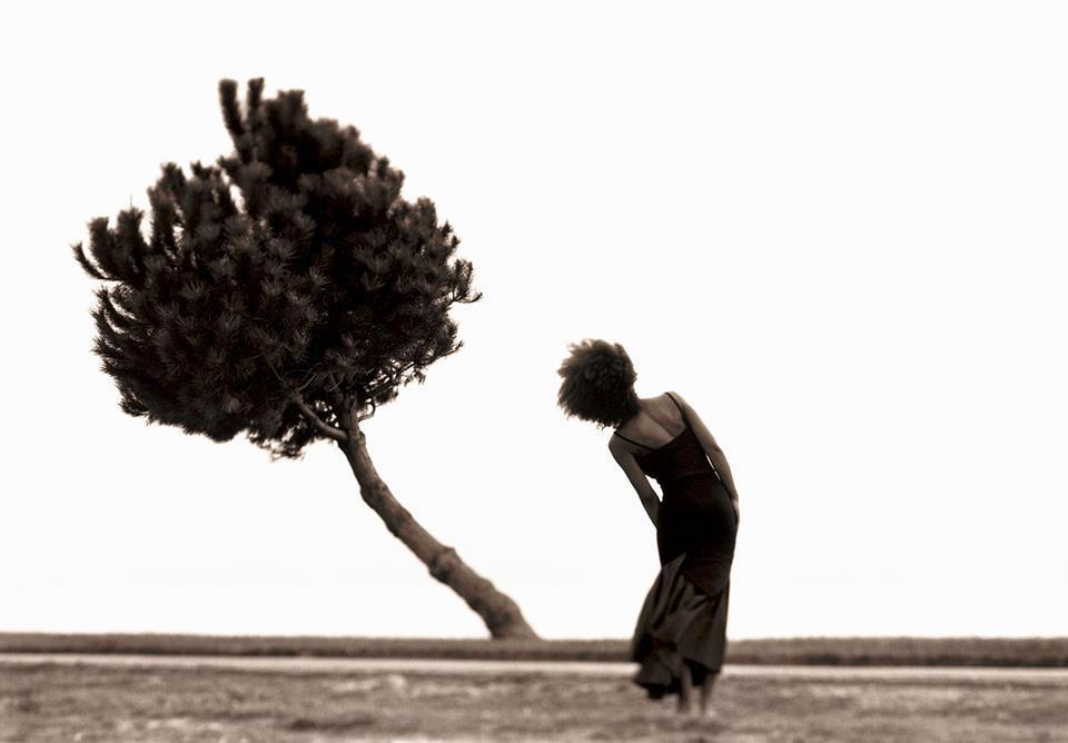 mujer arbol inclinado por Cristiana Ceppas