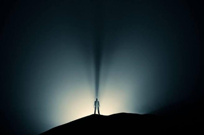 hombre luz y sombras