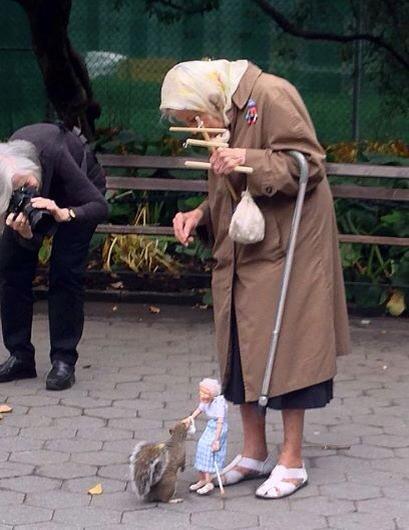 mujer anciana con marioneta