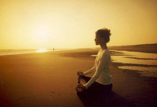 mujer meditacion playa