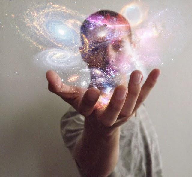 hombre universo en la mano
