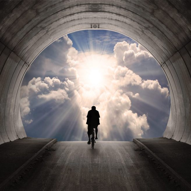 hombre en bicicleta al cielo