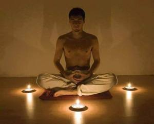 hombre joven meditando