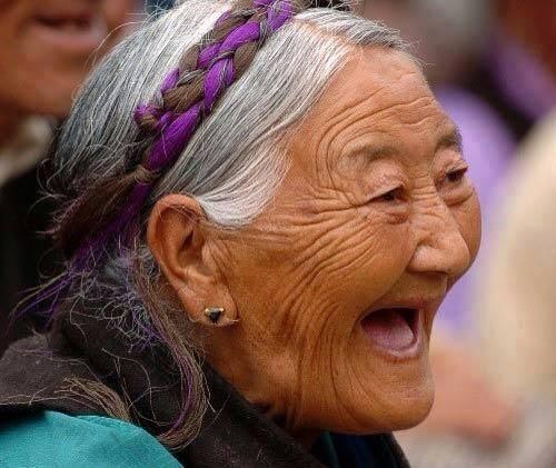mujer anciana riendo