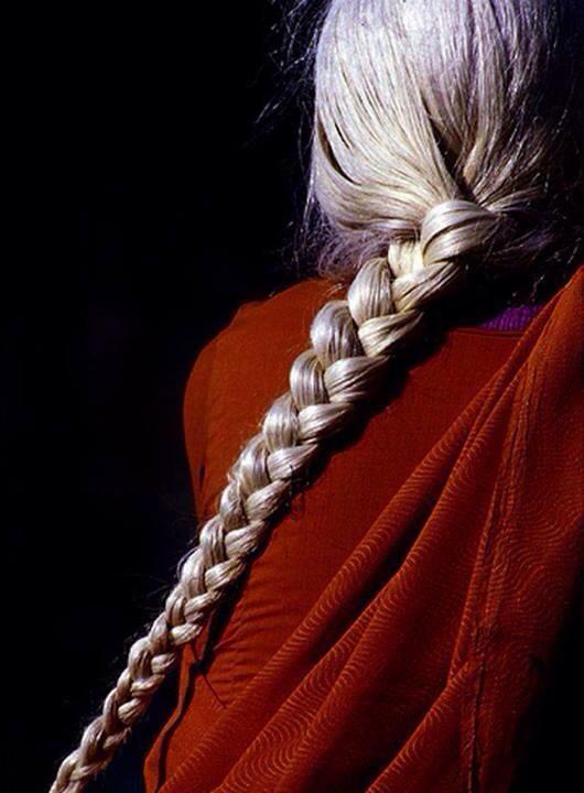 mujer trenza blanca
