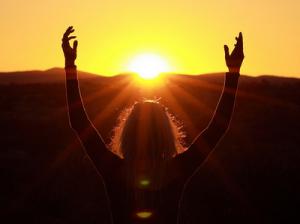 mujer ante el sol