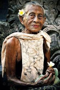 mujer mayor digna