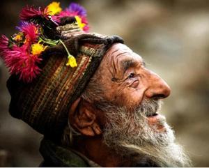 hombre viejo gorro colores