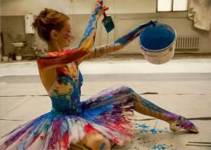 mujer pintandose de colores