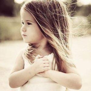 niña y corazon