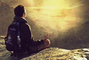 hombre alto montaña meditando