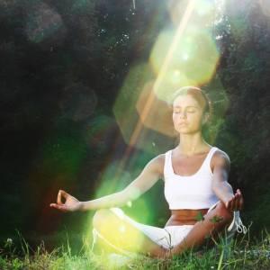 mujer meditando luz