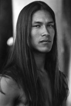 hombre pelo largo