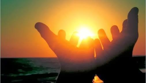 manos abiertas al sol