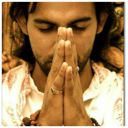 hombre-joven-rezando