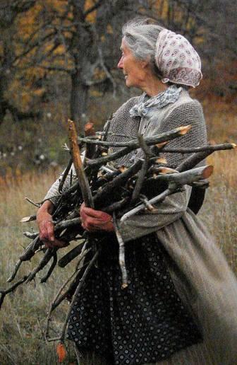 mujer-anciana-con-lena