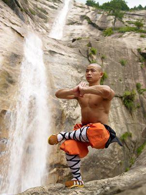 hombre equilibrio yoga