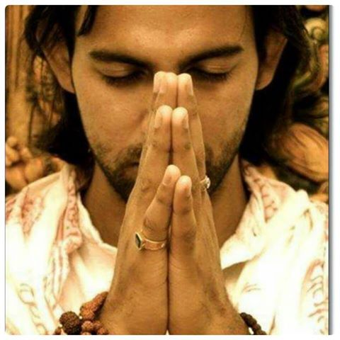 hombre joven rezando