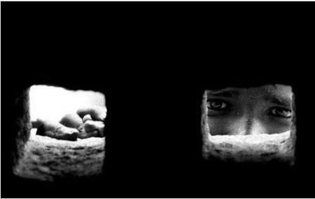 niño ojos aterrados