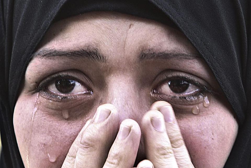 mujer musulmana llorando. gaza