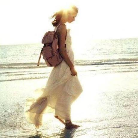 mujer con mochila