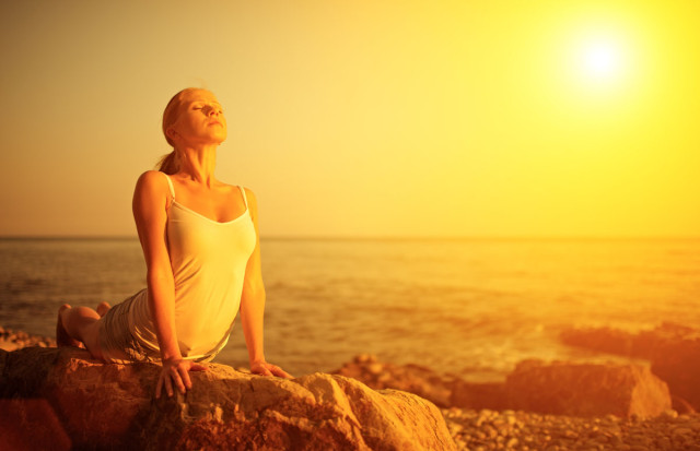 yoga mujer sol