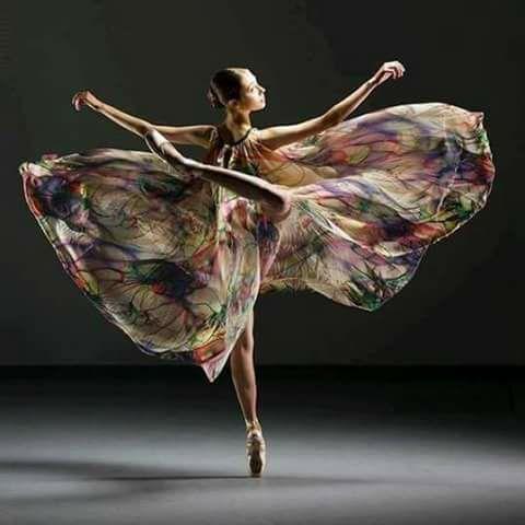 mujer mariposa bailando
