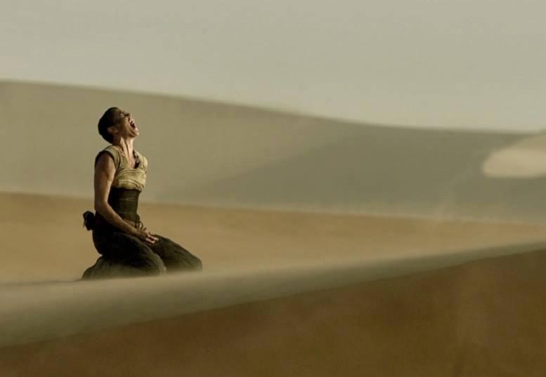 mujer grito en desierto