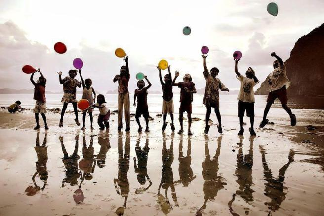 niños y globos