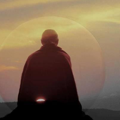 hombre meditando sol
